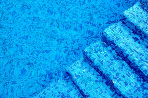 プールの水の下で青いステップ