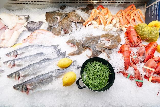 Замороженные морепродукты на льду