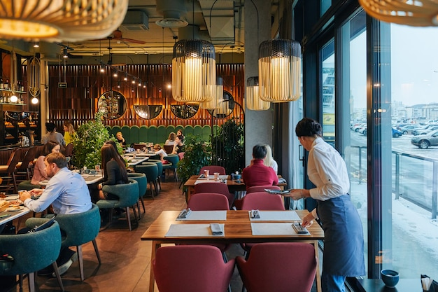 人とウェイターの居心地の良いレストラン