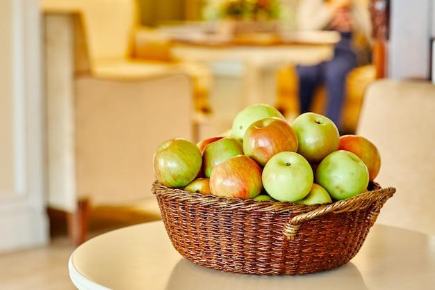 Корзина с разноцветными свежими и красивыми яблоками