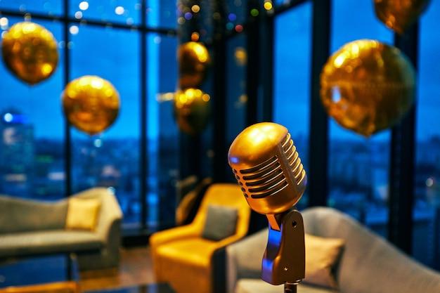 Ретро золотой классический микрофон и старинный старый