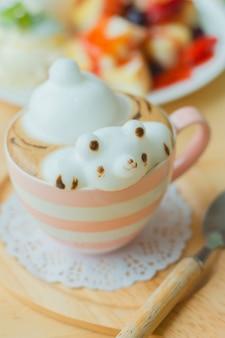 コーヒーとクマの形をしたミルクフォームのコーヒーカップ