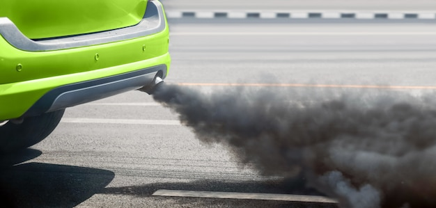 道路上のディーゼル車の排気管からの都市の大気汚染の危機