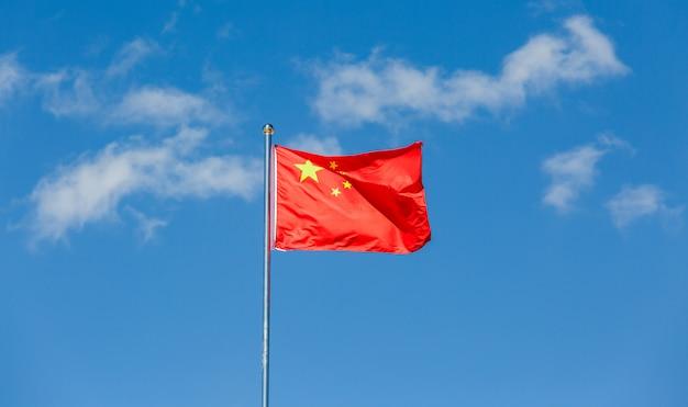 中国の旗が風になびかせて