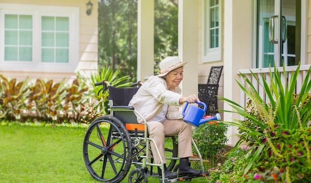 高齢者の女性が裏庭でガーデニングでリラックス