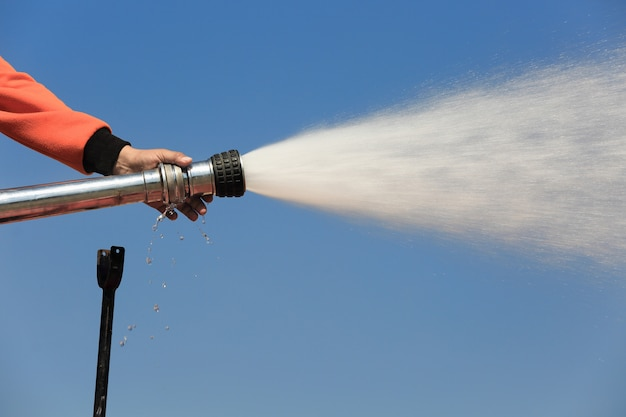 業界での消防訓練中にトラックに水をスプレーする