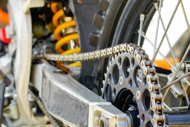 モトクロスバイクのチェーンとスプロケット