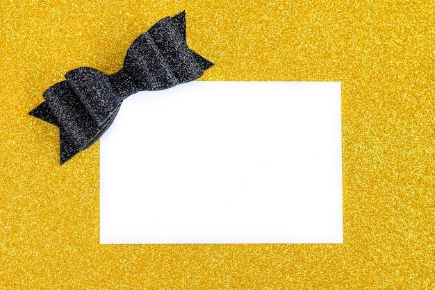 Черный блеск лук с подарочной записке карты на фоне золотой блеск.