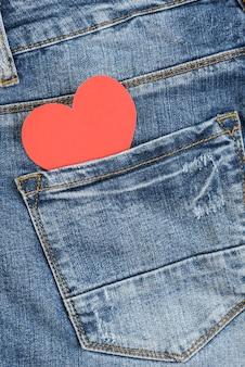 Красное сердце в кармане джинсов. день святого валентина концепция