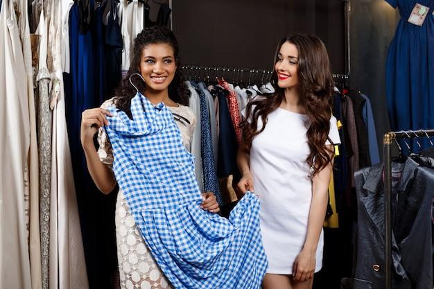 Две молодые красивые девушки, покупки в торговом центре.