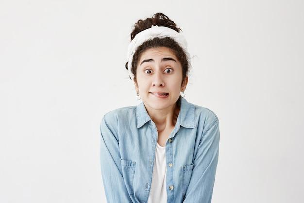 おっとっと!特定の外観を持つ黒髪の女性は歯を食いしばり、唇を噛み、混乱して見え、彼女の間違いに気付き、壁にポーズをとります