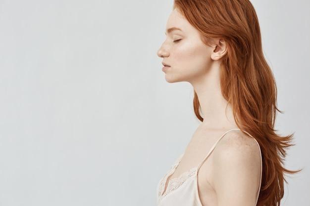 目を閉じてプロファイルで美しい赤毛の女の子の肖像画。