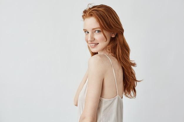 笑顔のそばかすのある美しい赤毛モデル