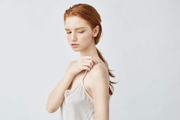 そばかすのポーズで美しい赤毛の若い女の子の肖像画。