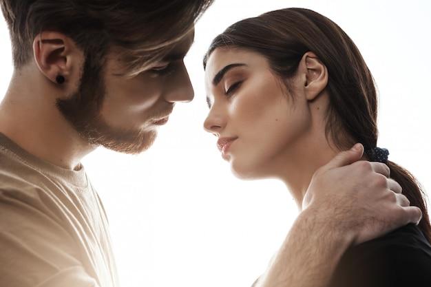 キスしようとしている素敵な男と美しい少女の写真。