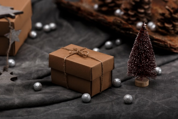 灰色の表面上のクリスマスの装飾とギフトボックス