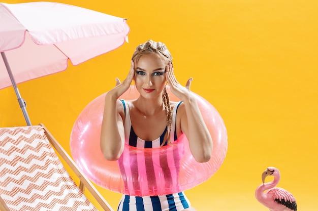 ビーチのコンセプト水着で笑顔の若い女性の肖像画