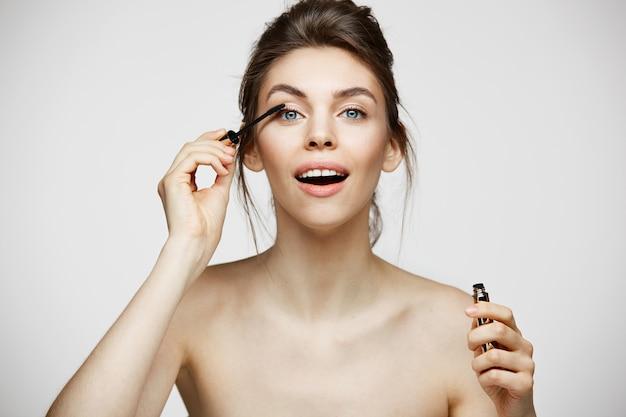 かわいらしい美人が口を開けてまつげを染める。美容健康と美容のコンセプトです。