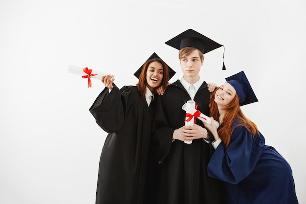 留学生が笑顔のポージングを喜んで卒業。