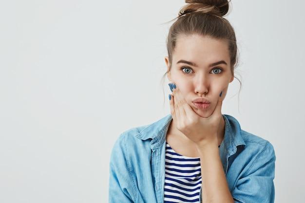 Красивая подростковая женщина делает смешные гримасы