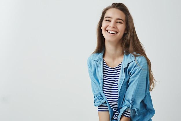 幸せなライフスタイル、幸福の概念。魅力的な屈託のない笑顔の魅力的な女性が大声で幸運なアップビートを笑いながら、素晴らしい休暇の休日を楽しんで、レジャーを楽しんで、楽しんで