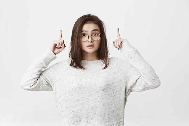 上向きのメガネでブルネットの若い女性の肖像画