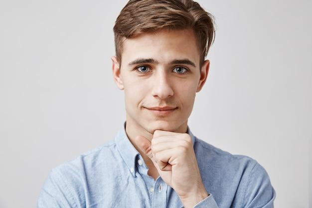Портрет красивый молодой человек позирует