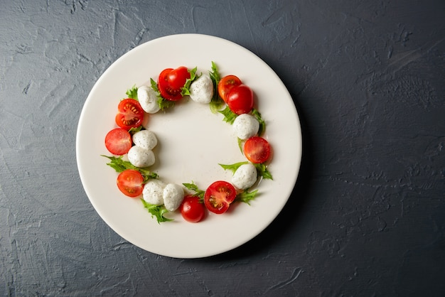 カプレーゼサラダ、レストランの料理の配置とプレートのクローズアップ写真平面図