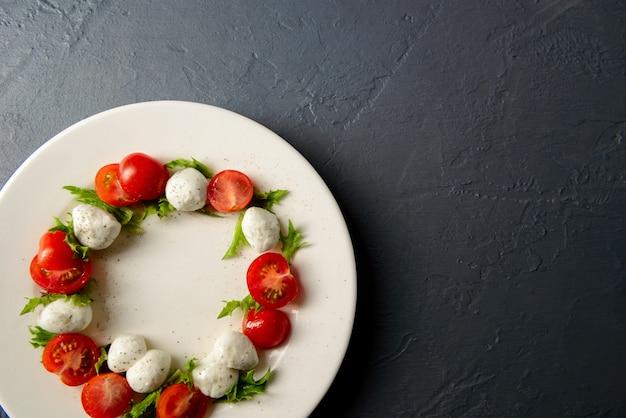 イタリアのカプレーゼサラダのクローズアップ写真