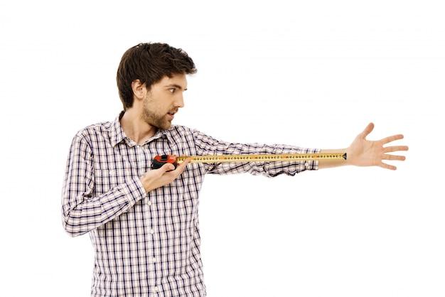 面白い男はテープで腕の長さを測定します