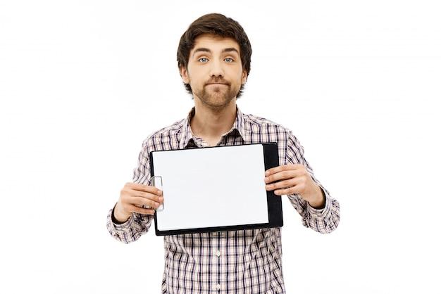 クリップボードに何が書かれているかについて意見を求める男性