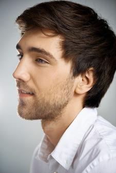 ひげを生やした若い男のプロフィールショットは左に見える