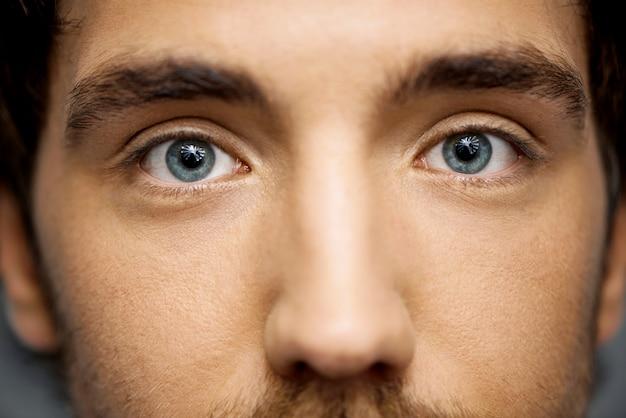男の美しい青い目のクローズアップ