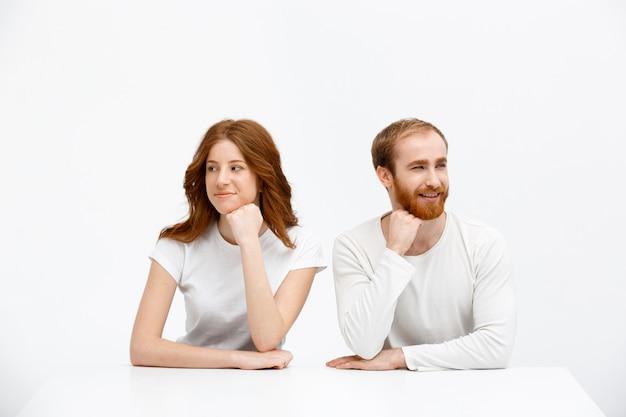 Два рыжих человека смотрят в сторону