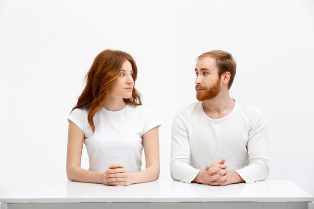 赤毛の男性と女性はお互いの目を見る