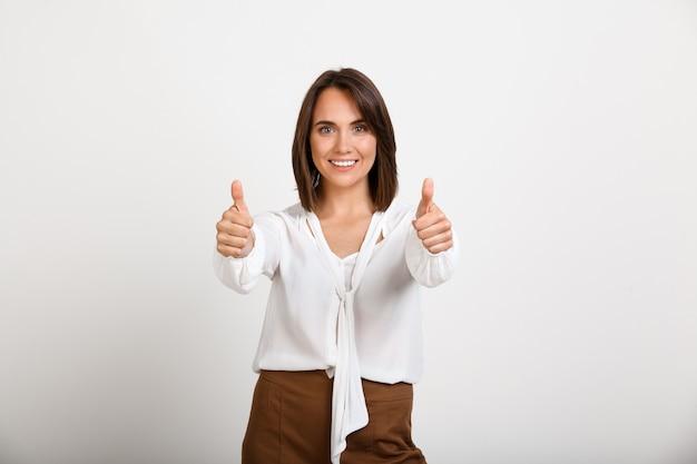 Успешное удовлетворение моды женщина палец вверх