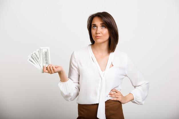 Успешная богатая мода женщина держит деньги