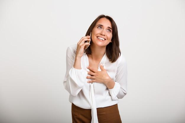Телефон счастливой элегантной женщины говоря