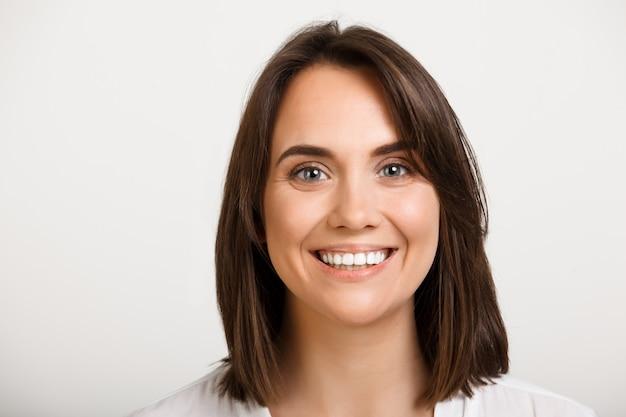 魅力的な笑顔の白人女性のクローズアップ