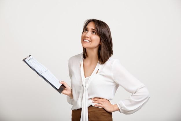 問題を抱えた女性が悪い報告、ひどいニュースを読む