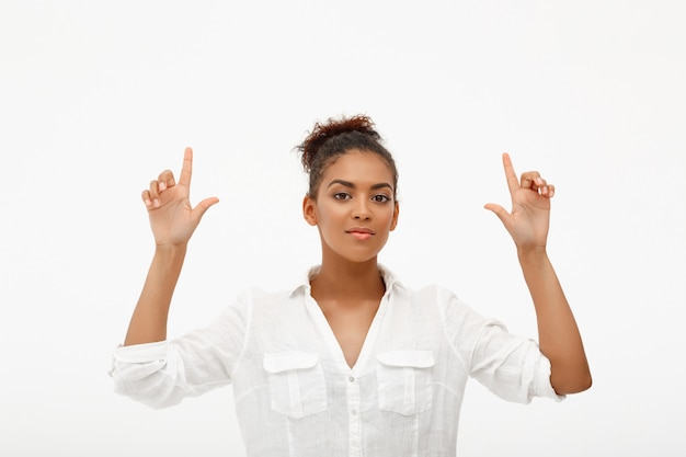 上向き自信のアフリカ系アメリカ人女性