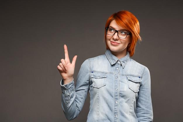 上向きの思いやりのある赤毛の女性