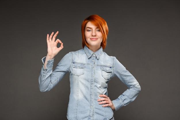 満足している赤毛の女性は大丈夫、お勧め