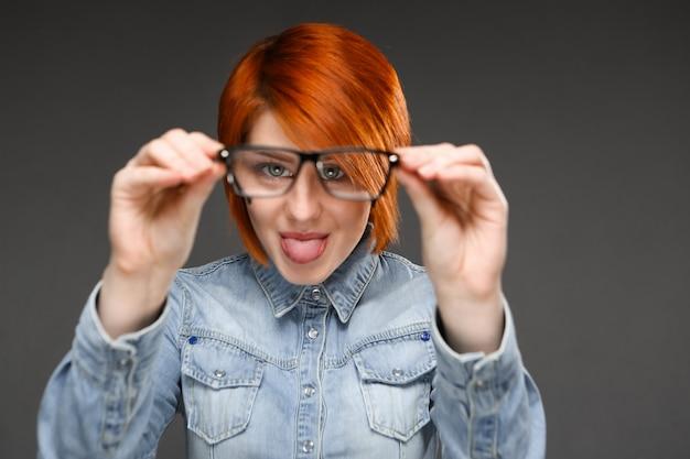 Смешная женщина играет в очках