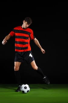 ボールを蹴る、サッカーをするサッカー選手