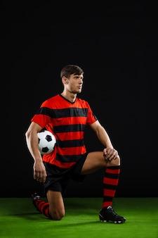 膝の上にボール立ってサッカー選手