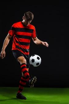 ボールを蹴るフットボール選手