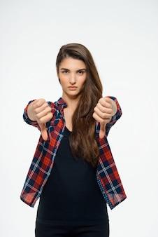 失望した女性は親指を下に表示