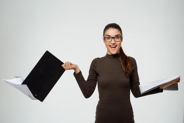 ドキュメントと手を振っている女性起業家