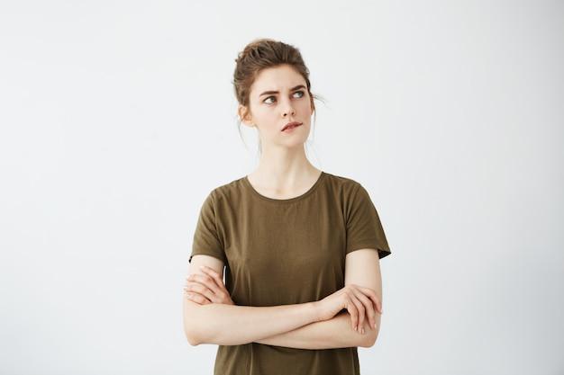 髪のお団子の思考と美しい内気な若い女性